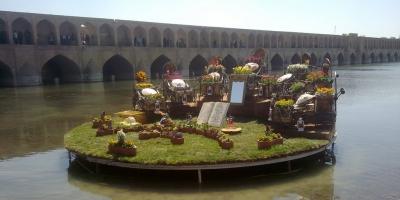 جریان رودخانه زاینده رود در روز نخست سال 98 در شهر اصفهان